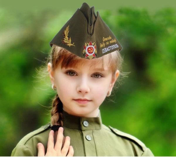 девочка в вышитой пилотке Севастополь спасибо деду за Победу