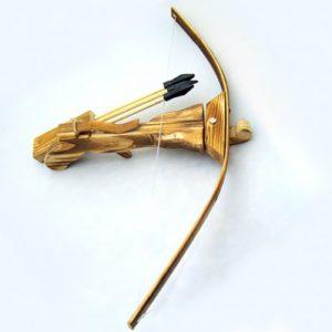 """Игрушечное оружие """"Арбалет"""" изготовлен из дерева. В комплекте 3 стрелы с резиновыми наконечниками."""