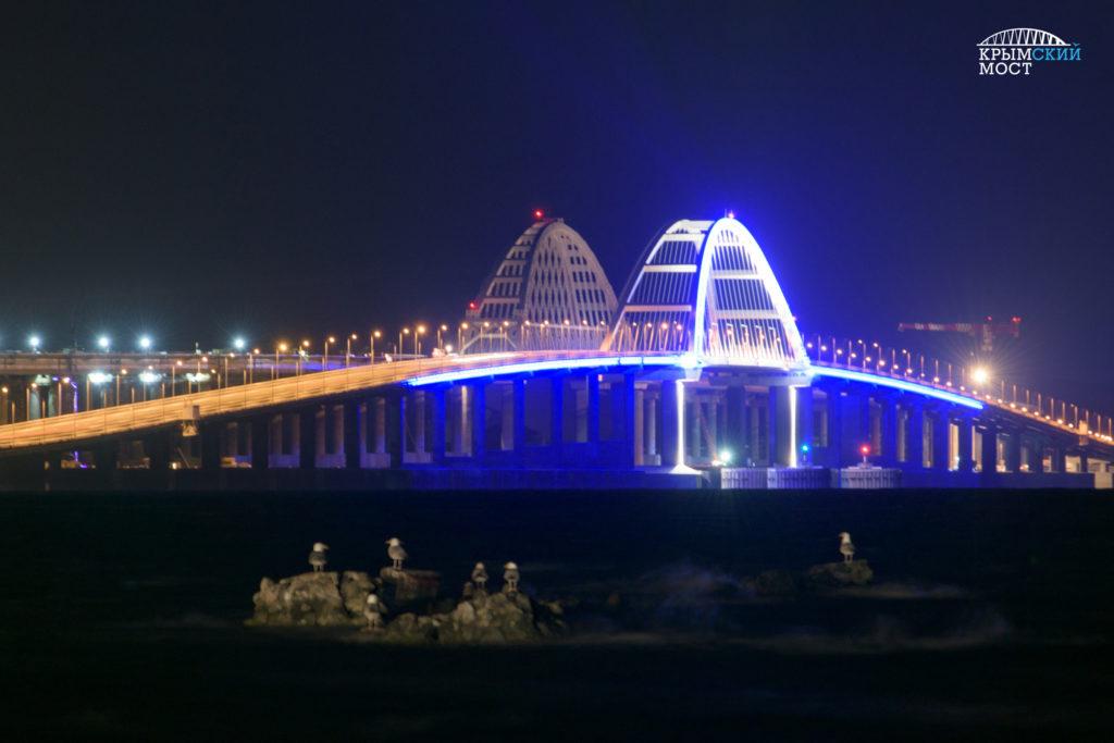 Крымский мост в Керчи вечером